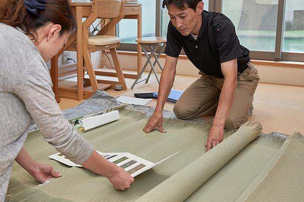 畳の商品説明と商談の風景