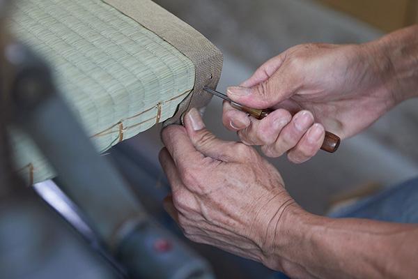 畳縁を縫い付ける工程