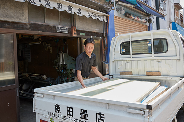 仕上がりの畳を配送する工程