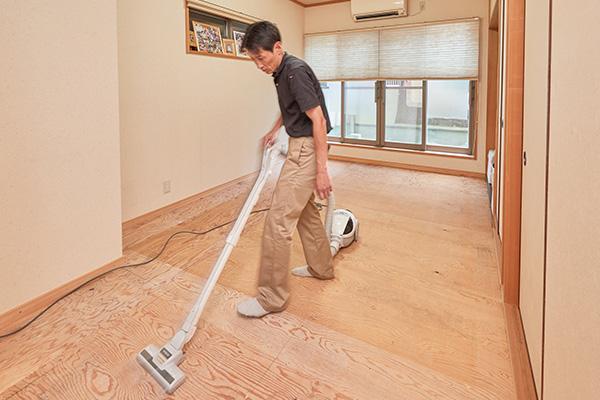 畳を敷く前に床下の掃除をする工程