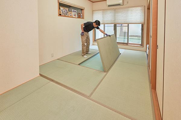 仕上がった畳を敷き込む工程